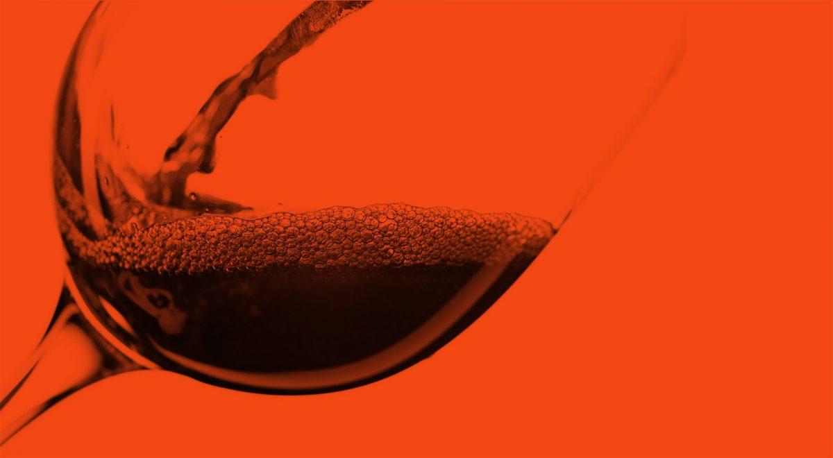 Vin som hälls upp i vinglas