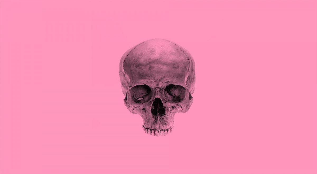 En dödskalle mot rosa bakgrund