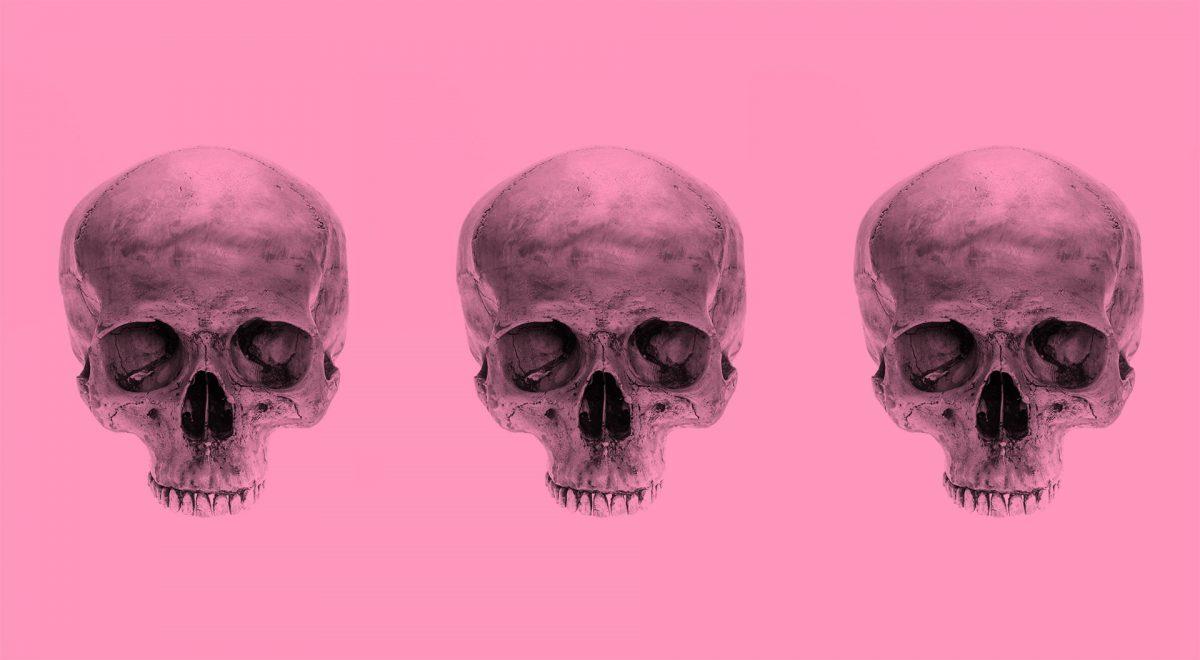 Tre dödskallar mot rosa bakgrund