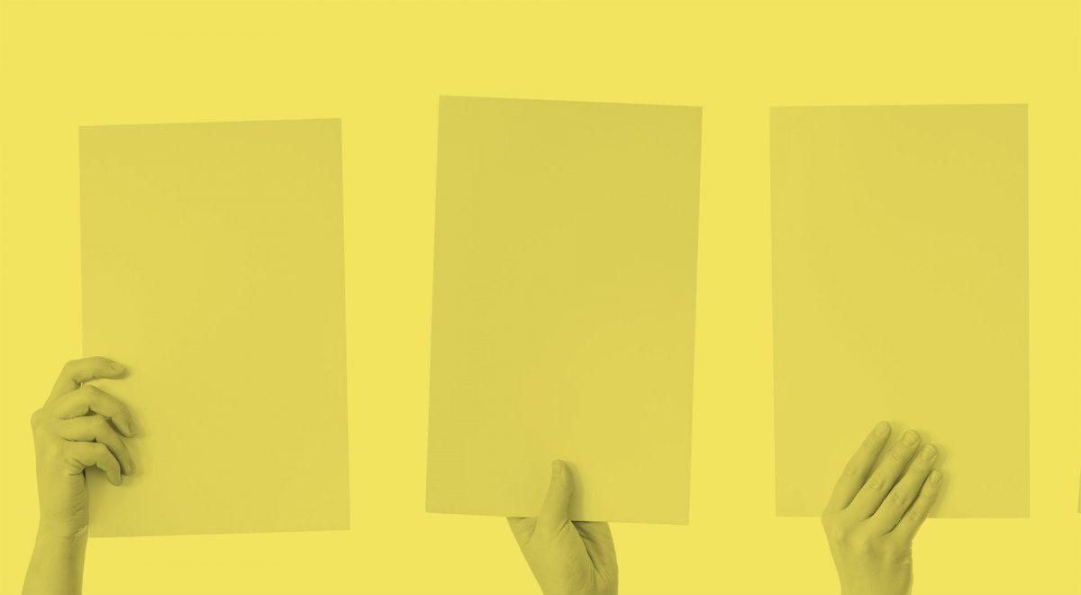 Tre händer som sträcker fram varsitt a4-papper