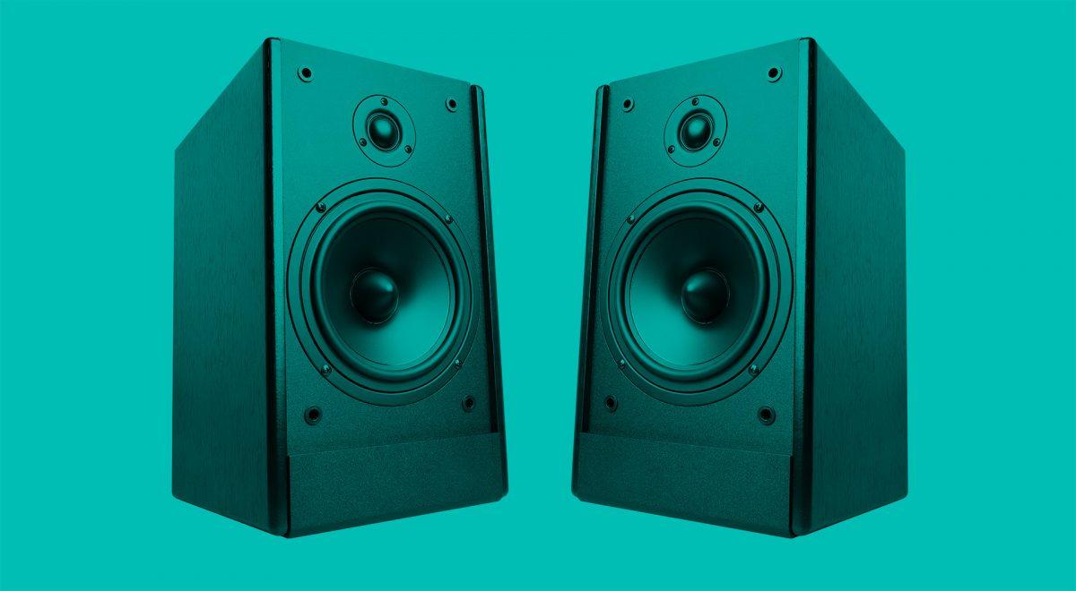 Två högtalare bredvid varandra