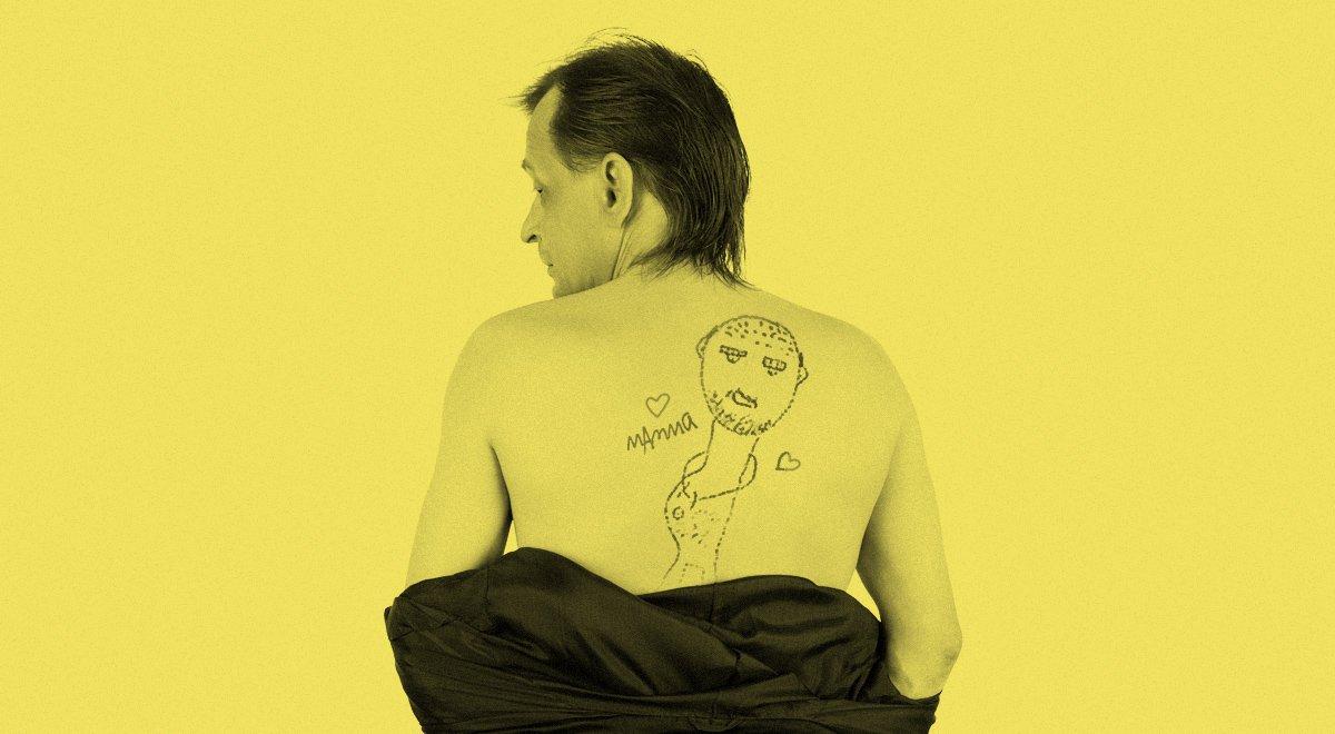 Man med dåligt illustrerad tatuering på ryggen